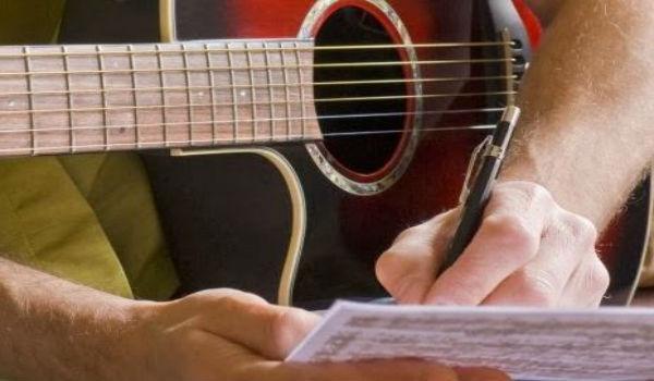 menulis lagu